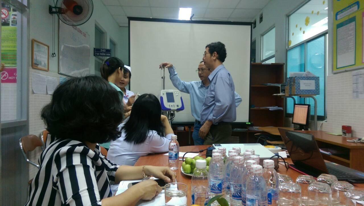 Bác sỹ Nguyễn Minh Tiến và Bác sỹ Nguyễn Hữu Nhân Bệnh viện Nhi Đồng Thành Phố đang đánh giá một số trang thiết bị tại Bệnh viện Quận Tân Phú