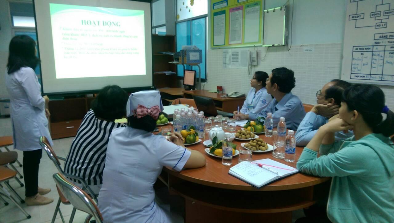 Bác sỹ Bệnh viện quận Tân Phú đang trình bày những hoạt động, khó khăn và nhu cầu của bệnh viện cho các bác sỹ Bệnh Viện Nhi Đồng Thành Phố